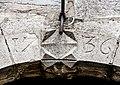 Clé de linteau de la porte de l'église, daté de 1736.jpg