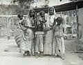 Collectie Nationaal Museum van Wereldculturen TM-60062002 Groepsfoto van vrouwen en kinderen Trinidad fotograaf niet bekend.jpg
