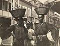 Collectie Nationaal Museum van Wereldculturen TM-60062141 Twee vrouwen met manden op het hoofd, Fort de France Martinique fotograaf niet bekend.jpg