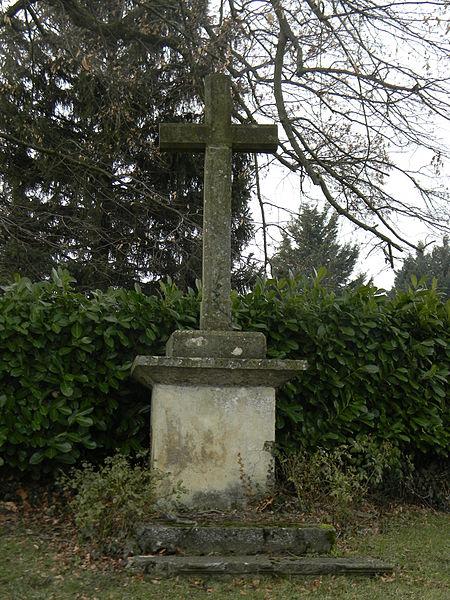 Croix en pierre à Mionnay.