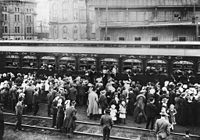 Crowds as soldiers leave Union Station 1914.jpg