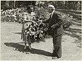 De Keukenhof. De 500.000ste bezoeker ontvangt een bloemenmand van de voorzitter van het bestuur. NL-HlmNHA 54004448.JPG