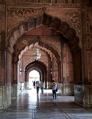 Jama Masjid, Delhi - Image: Detail of the arches inside Jama Masjid, Delhi