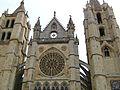 Detalle de la fachada principal de la Catedral de León (España).jpg