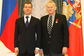 https://upload.wikimedia.org/wikipedia/commons/thumb/2/21/Dmitry_Medvedev_and_Genrikh_Borovik.jpg/270px-Dmitry_Medvedev_and_Genrikh_Borovik.jpg