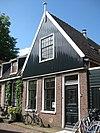 foto van Eenvoudig bakstenen huis met zadeldak. Puntgevel