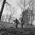 Een Duitse soldaat wordt opgebracht, Bestanddeelnr 900-2394.jpg