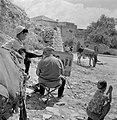 Een kunstenaar aan het werk op straat in Safad (Safed) Twee jongetjes met een e, Bestanddeelnr 255-4012.jpg