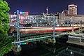 Een treinstel van de Keikyū-hoofdlijn passeert de brug over de Katabira en nadert station Yokohama, -29 april 2018 a.jpg