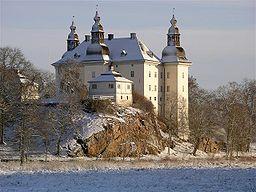 Ekenäs slott, med sina tre torn på sin klippa vid sjön