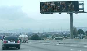 English: A variable message sign indicating es...