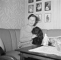 Ella Hedtoft zittend op de bank met een hond, Bestanddeelnr 252-8977.jpg