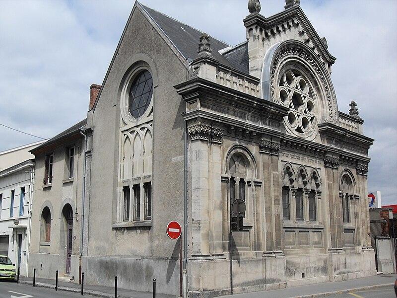 """Épernay (Marne, Champagne-Ardenne, France) - Synagogue Vue générale. En dessous de la rosace est gravé en hébreu le verset biblique Nombres 24,5: """"Qu'elles sont belles tes tentes, ô Jacob, tes demeures, ô Israël!"""""""