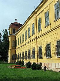 http://upload.wikimedia.org/wikipedia/commons/thumb/2/21/Esterhazy_palace,_Tata_001.JPG/200px-Esterhazy_palace,_Tata_001.JPG