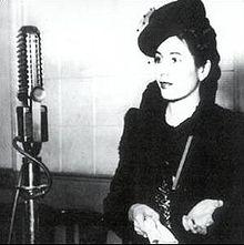 Eva Perón - Ante un micrófono -ca 1941.jpg