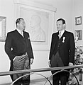 Farbrieksdirecteuren Jan (links) en Albert van Abbe poserend voor een reliëf, Bestanddeelnr 255-8548.jpg