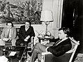 Felipe González recibe a una representación de la comisión ejecutiva de UGT presidida por su secretario general y el diputado socialista Manuel Chaves. Pool Moncloa. 4 de enero de 1983.jpeg