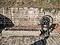 Fontaine avec pompe à godets datée de 1903.jpg