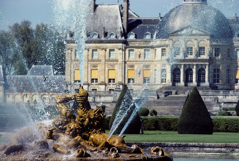 http://upload.wikimedia.org/wikipedia/commons/thumb/2/21/Fountain_at_Vaux-le-Vicomte.jpg/800px-Fountain_at_Vaux-le-Vicomte.jpg