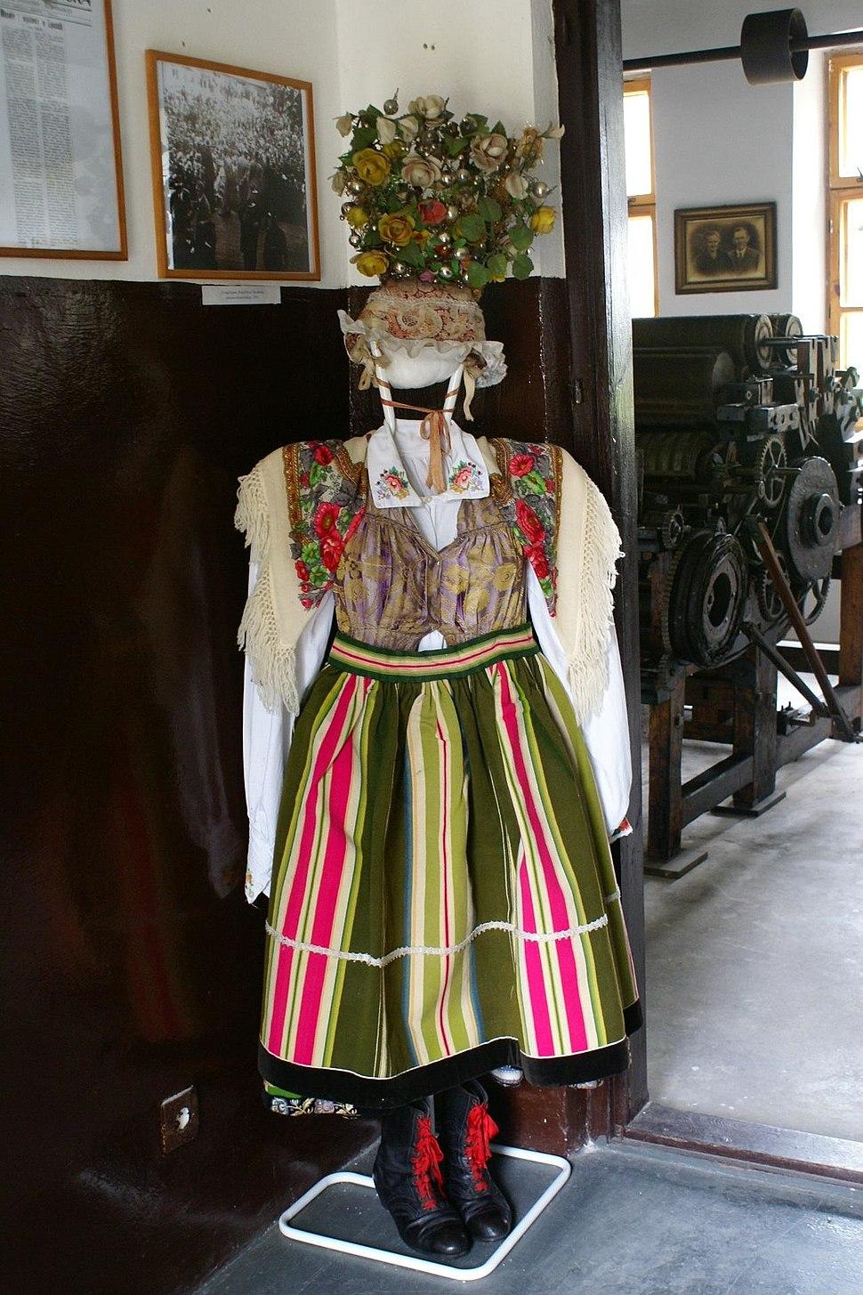 Fragment ekspozycji dot. stroju ludowego w Muzeum Regionalnym im. Wł. St. Reymonta - Lipce Reymontowskie - 001071c