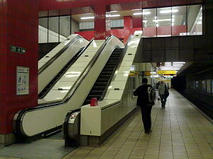 Gateshead Interchange - Image: Gateshead Metro station platform with escalators 2010 03 01