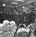 Genodigden staan rondom fabrieksdirecteur Jan van Abbe (midden rechts) en Albert, Bestanddeelnr 255-8472.jpg