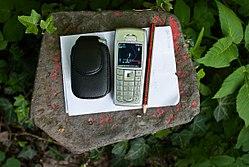 Geocaching mit Telefon und GPS-Empfänger.jpg