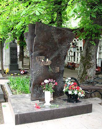 Yegor Gaidar - Sculptural composition on Yegor Gaidar's grave. Moskow, Novodevichy Cemetery. Sculptor А.V. Balashov.