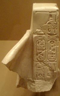 GreatTempleOfAten-FragmentaryStatueOfPharaohWearingWhiteCrown MetropolitanMuseum.png