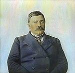 Håndkolorert dias. Portrett i halvfigur av polfarer og kokk Adolf Henrik Lindstrøm. (9469048733).jpg