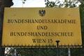 HAK Wien 13 Schild.png