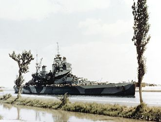 HMS Howe (32) - Image: HMS Howe (32) passing Suez Canal 1944