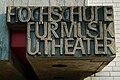 Hochschule für Musik und Theater Hannover, Schriftzug aus Betonguss über dem Eingang.jpg