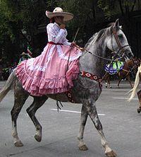 Fotos de mujeres vestidas de charras