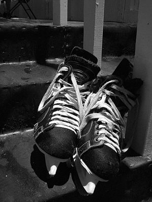 A photograph of some ice hockey skates en . {|...