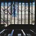 Interieur, aanzicht glas-in-loodraam - Amstelveen - 20367065 - RCE.jpg