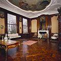 Interieur, bel-etage, achterzijde (Zaal), interieur, Zaal met mahoniehouten betimmering uit het Rococo voorzien van acht wanddecoraties en een stucplafond met schildering - Amsterdam - 20391821 - RCE.jpg