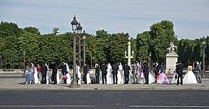 Français : Une colonne de jeunes mariés attendant d'être photographiés, Place de la Concorde à Paris.