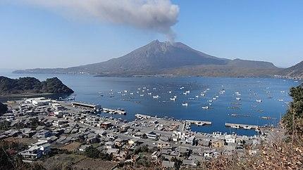 鹿児島県垂水市海潟地区と桜島。
