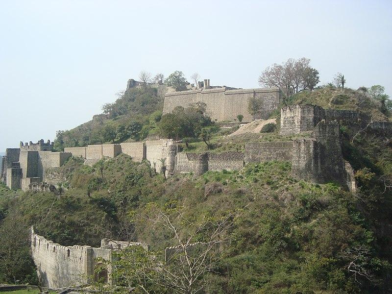 http://upload.wikimedia.org/wikipedia/commons/thumb/2/21/Kangra_Fort_from_Sansar_Chandra_Museum_02.JPG/800px-Kangra_Fort_from_Sansar_Chandra_Museum_02.JPG