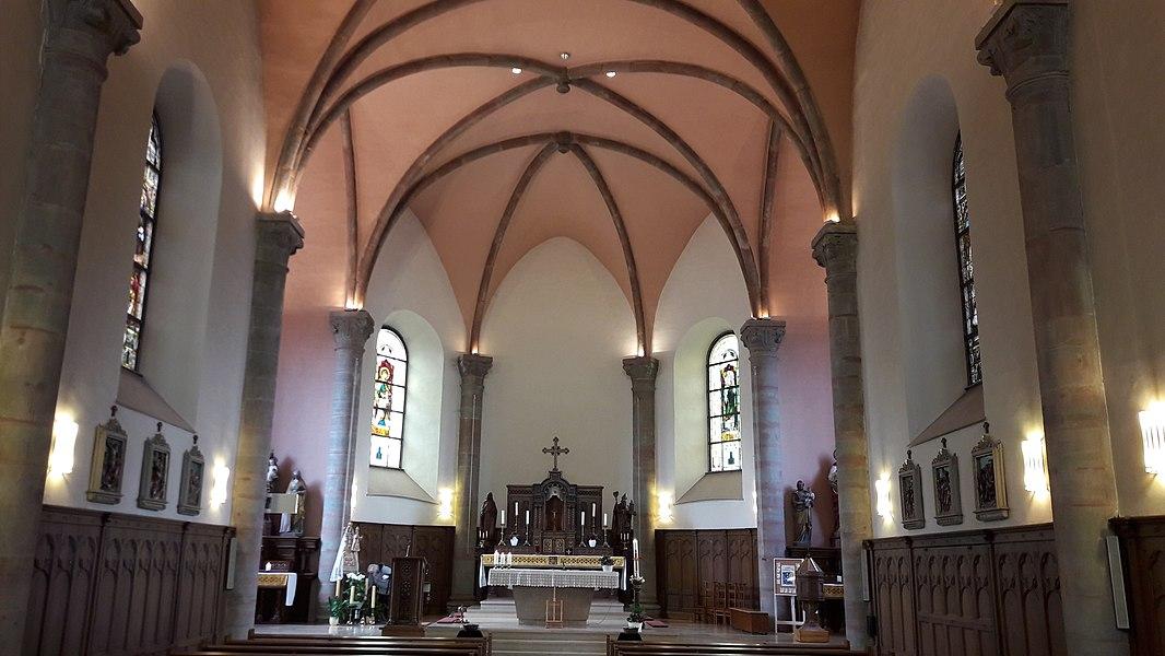 Kierch Mäerzeg Banneraum mat Bléck op den Haaptaltoer
