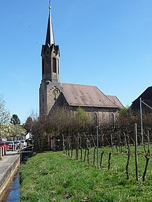 Großfischlingen church next to a vineyard