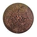 Labyrinth der Kathedrale von Notre-Dame de Chartres in Stein.jpg