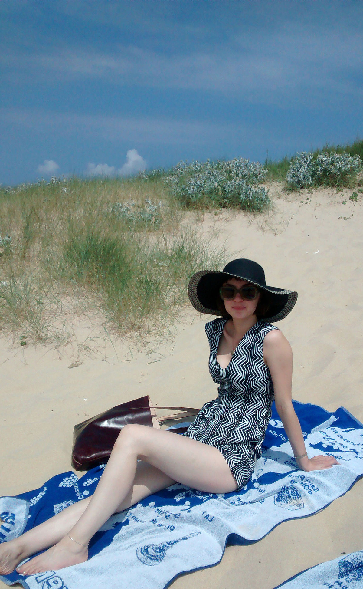 1200px-Lady_in_summer_playsuit.jpg