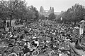Landelijke fietsdemonstratie in Amsterdam fietsers liggen op de grond op Museum, Bestanddeelnr 929-2097.jpg