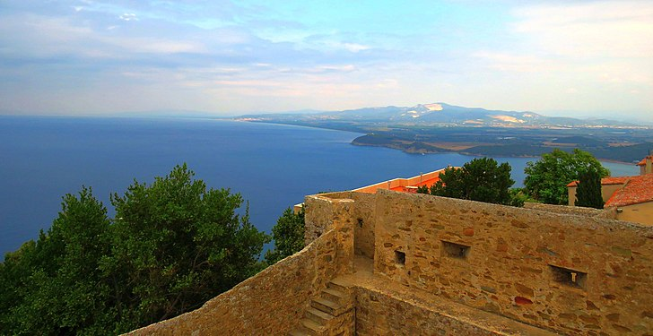 Le mura del Castello di Populonia che si affacciano sul mare.jpg