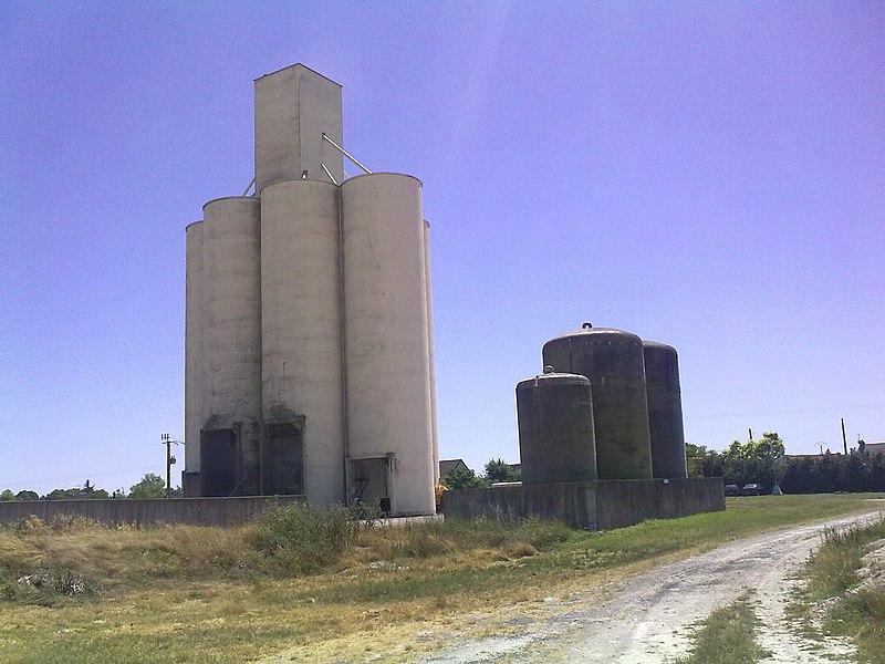 Le réservoir devant le silo de Fresne