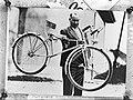 Louis Debut met nieuwe uitvinding van een fiets, Bestanddeelnr 901-9447.jpg