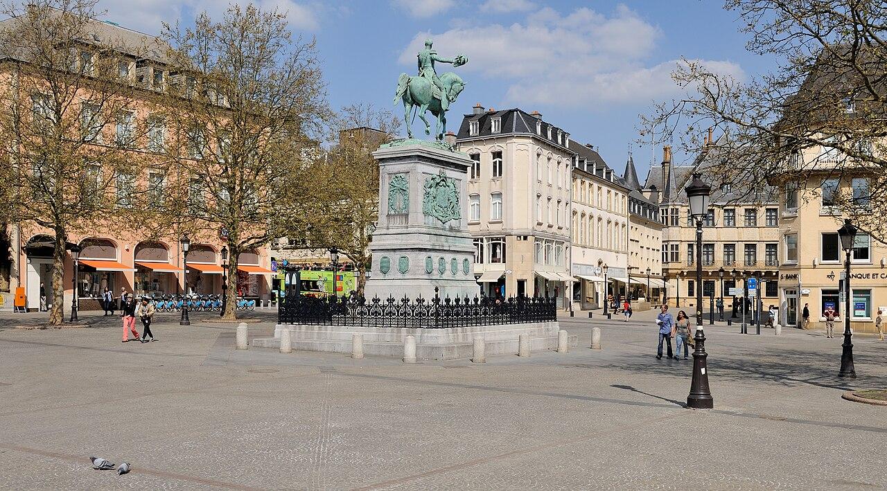 La place Guillaume II à Luxembourg, avec la statue équestre de Guillaume II des Pays-Bas.  (définition réelle 4230×2343)