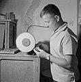 Man bezig met het slijpen van Eilatsteen in een bedrijf waar deze steen wordt be, Bestanddeelnr 255-3619.jpg